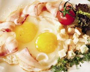 Утренняя яичница из домашних яиц.