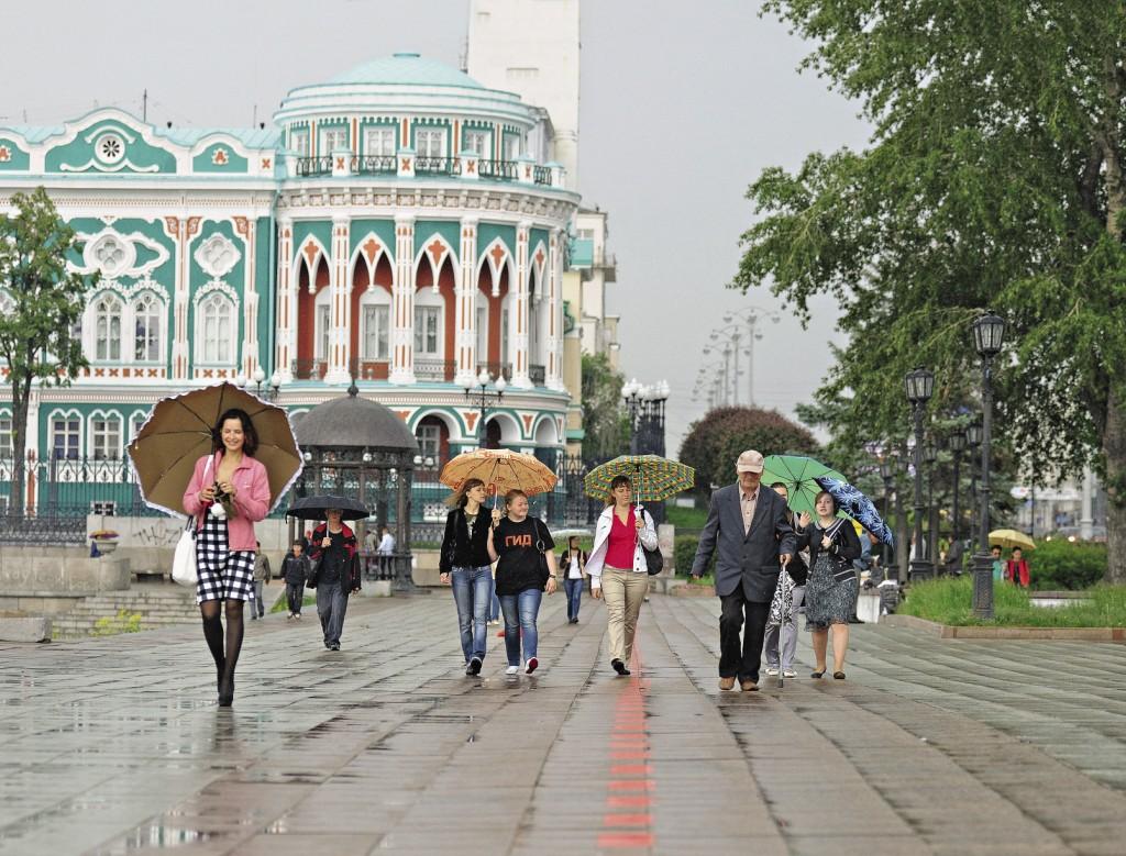 «Красная линия», связывающая 35 исторических объектов, на улице К. Либкнехта. По задумке организаторов культурного проекта, следуя разметке, каждый турист без помощи гида может посетить основные достопримечательности города.