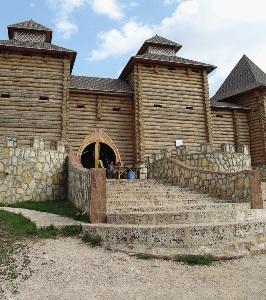 Город мастеров на «Кудыкиной горе»  подобен крепости.