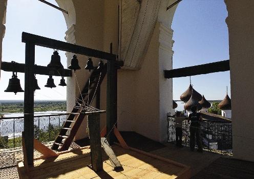 Вид с Соборной ко-локольни на реку Онегу и Христо-рождественский собор в Каргополе