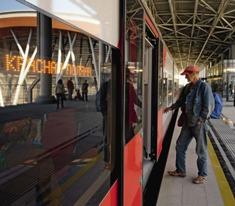 Электропоезд «Ласточка» на железнодорожном вокзале «Альпика-сервис» в Красной Поляне.