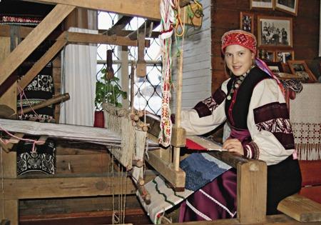 Елена Вариксоо с удовольствием осваивает ткац-кое ремесло.