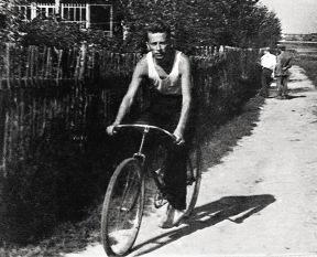 Рядовой советский инженер мог позволить себе холодильник и велосипед.