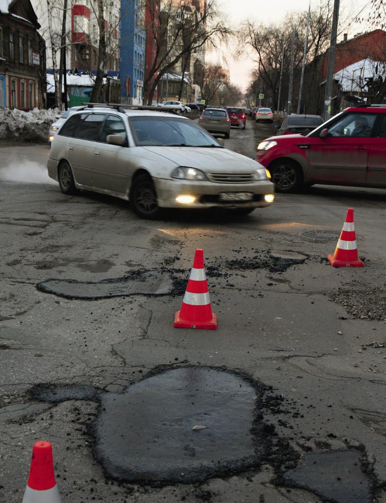 Трудно объяснить, почему наши дорожники вдруг просыпаются в самое холодное время года, когда строить и ремонтировать дороги во всем мире по технологическим соображениям воспрещается.