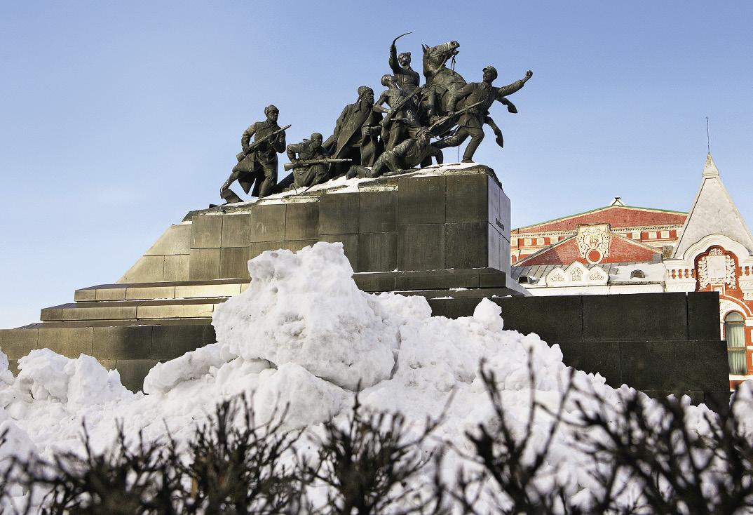 Снежные катакомбы придают памятнику Чапаеву еще более «брутальный» вид.