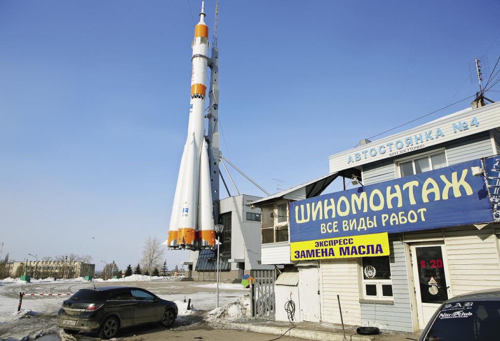 Самарские власти разрешили бизнесменам поставить автомастерскую «шиномонтаж» возле городской гордости – ракеты-памятника и Музея космонавтики.