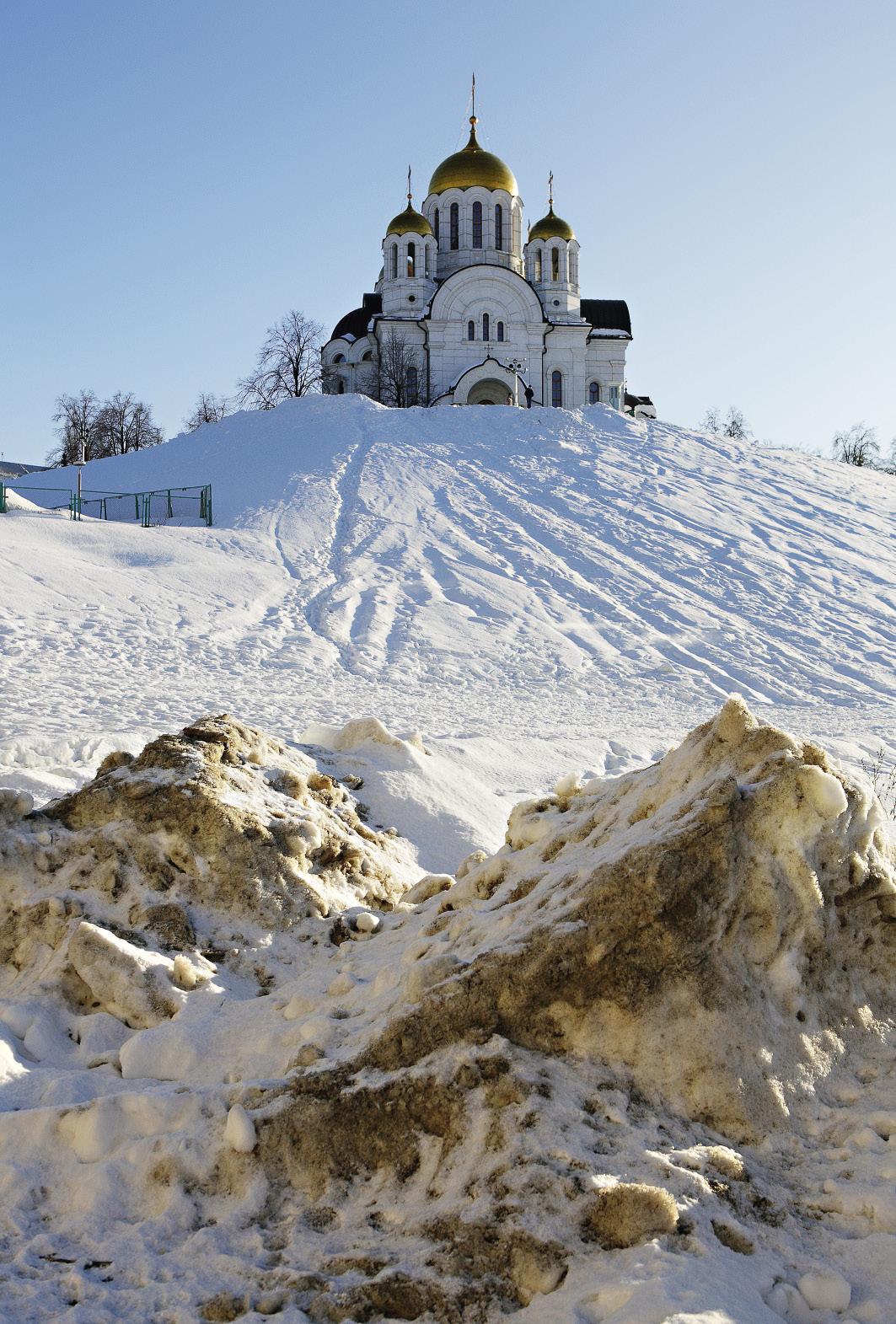 Самарские службы ЖКХ снег с дорог не вывозят, а складируют его по бокам дорог. В результате этой зимой снежные бордюры высотой в полтора-два с половиной метра украшали даже главные достопримечательности города.