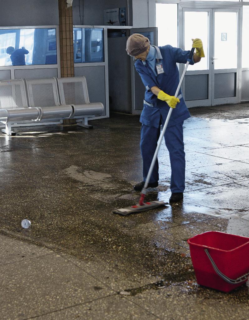 Центром внимания всех прилетевших была уборщица в синей рабочей одежде и с синим пластмассовым ведром, которая, не обращая внимания на проезжающих, с помощью швабры в международном аэропорту Самары целеустремленно делала свою работу…