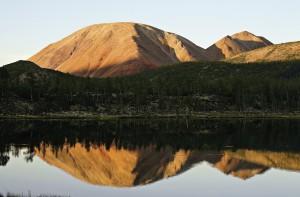 Заметные издалека красные горы находятся несколько выше озера Лабынкыр, в долине одноименной реки. У их подножия есть несколько совсем небольших озер.