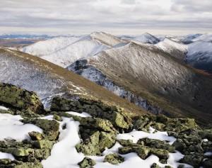 030-2564.tif Вершины гор в окрестностях Лабынкыра в начале сентября уже присыпаны снегом.