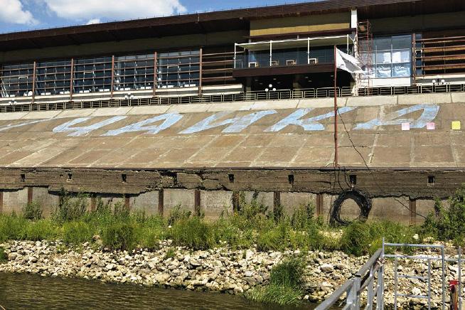 Надпись масляной краской на бетоне «Чайка» – вот и весь креатив менеджмента сделать более симпатичным вид на отель с реки Оки.