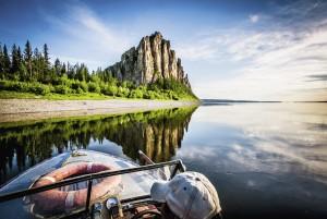 Река у подножия Ленских столбов служит зеркалом, делающим их в два раза больше и величественнее.