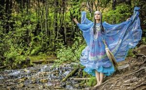 Платье для этой фотосессии создала певица и дизайнер Уруйдаана Харитонова, призер «Недели моды» в Якутске. На легкой ткани – принты якутских узоров, а традиционная якутская махалка из конского хвоста превратилась в оригинальную сумочку.