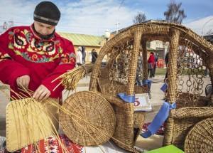 Александр Чапаев сделал из лозы карету и стал победителем в конкурсе.