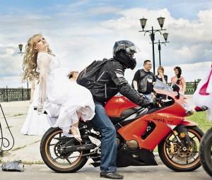 В Муроме самый шик – прокатить невесту на мотоцикле.
