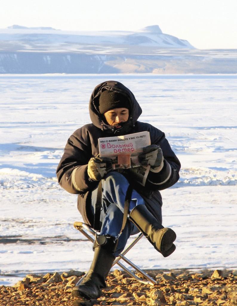 На берегу антарктической бухты, как на любом морском пляже, можно запросто посидеть с газеткой.