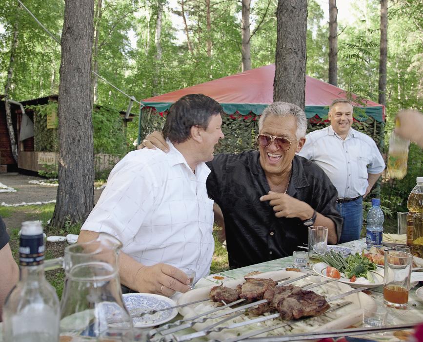Во время поездки по Алтайскому краю президент конкурсов «Миссис Америка» и «Миссис мира» Дэвид Мармел подружился с главой администрации Алтайского района Виктором Коршуновым.