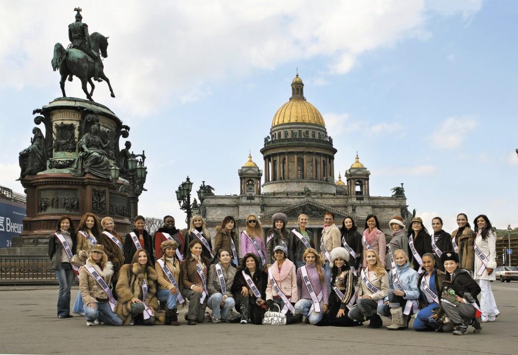 На конкурсе «Миссис мира-2006» в Санкт-Петербурге участницы несколько дней посвятили экскурсиям по достопримечательностям города и окрестностей.