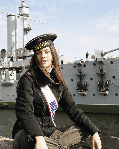 Форма юнги Софье Аржаковской идет не меньше, чем костюм царицы, в котором она победила в конкурсе «Миссис мира».