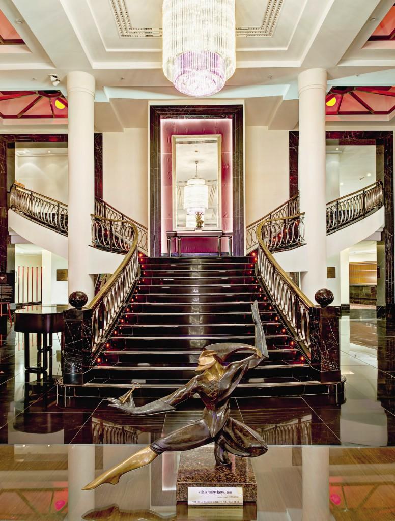 Гостей отеля встречает мраморный «швейцар» в стиле модерн.