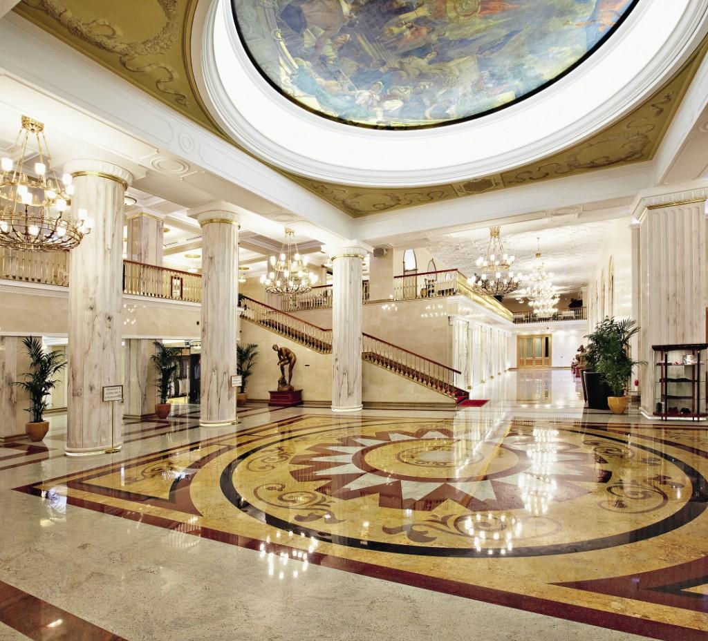 Просторный холл отеля  встречает многочисленных гостей, приезжающих со всех концов планеты