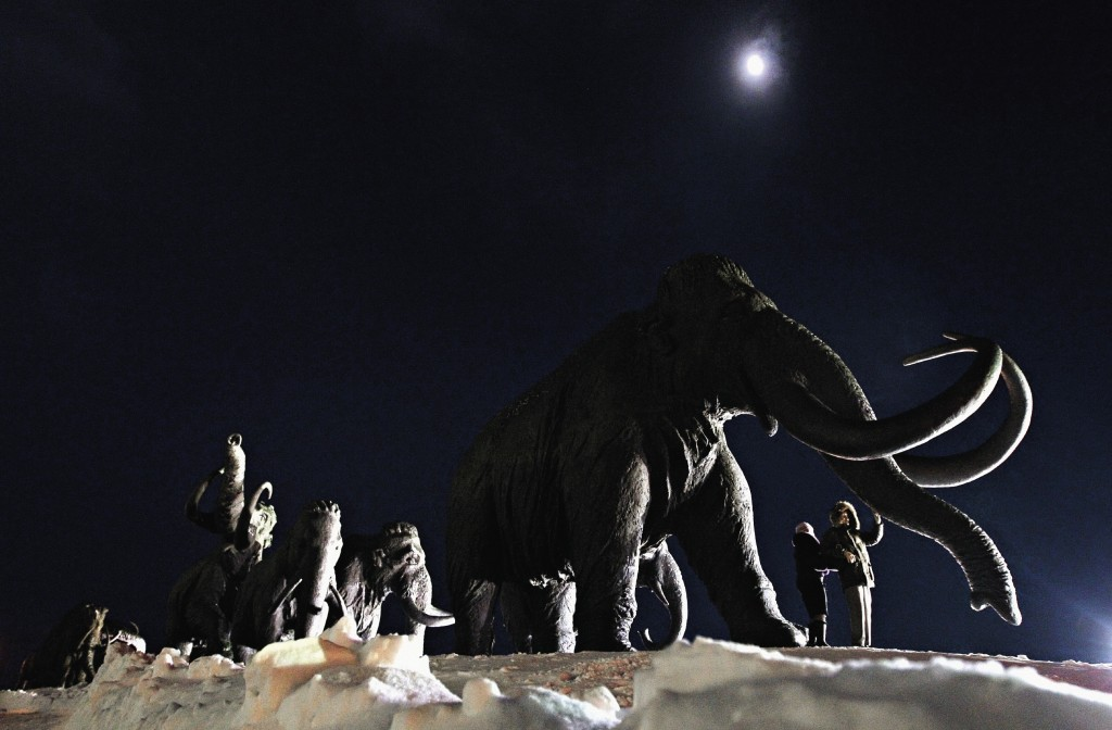 Скульптурная композиция «Мамонты» на холме Самаровский Останец под Ханты-Мансийском.