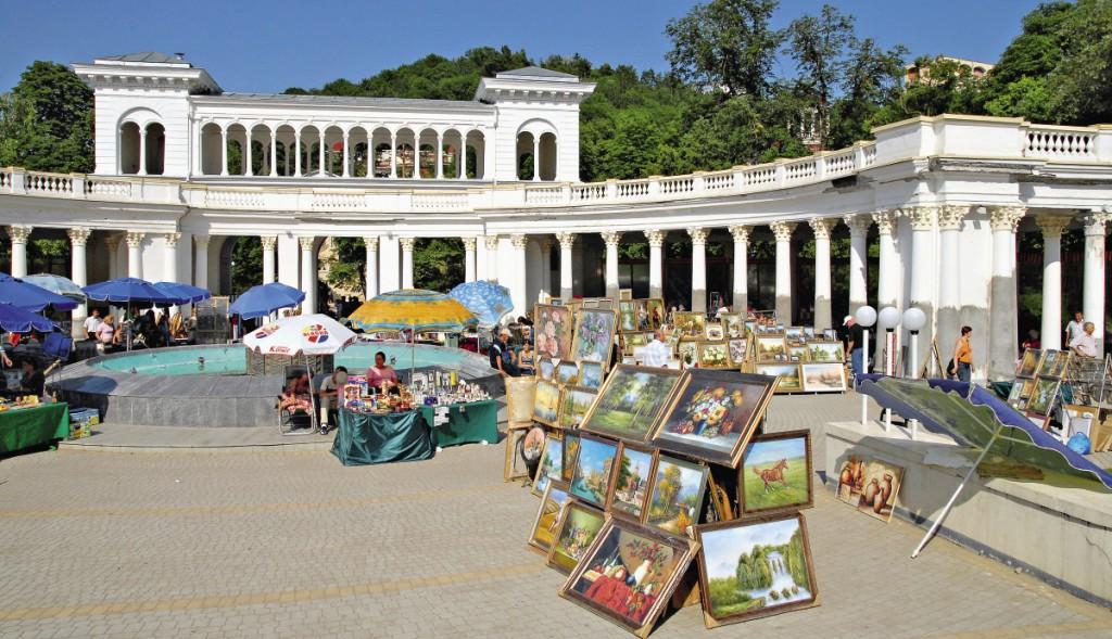Вход в курортный парк Кисловодска облюбовали торговцы картинами.