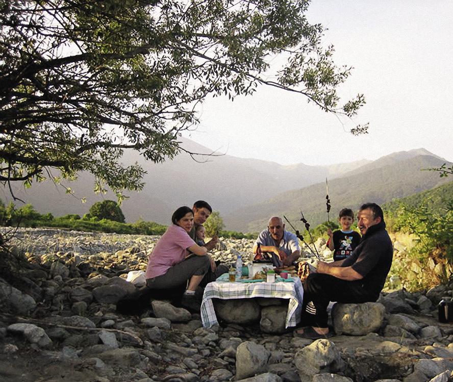Жители больших городов часто выбираются в горы Кахетии на пикник.