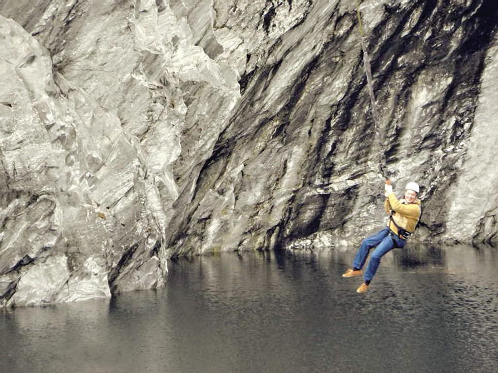 На тарзанке над озером – дух захватывает.