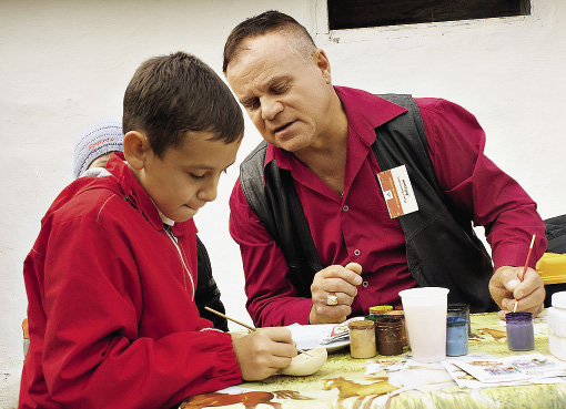 Детей здесь учат азам рисования и росписи.