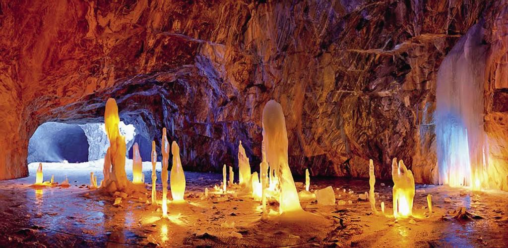 Зимой отдельные участки парка превращаются в сказочные ледяные пещеры.