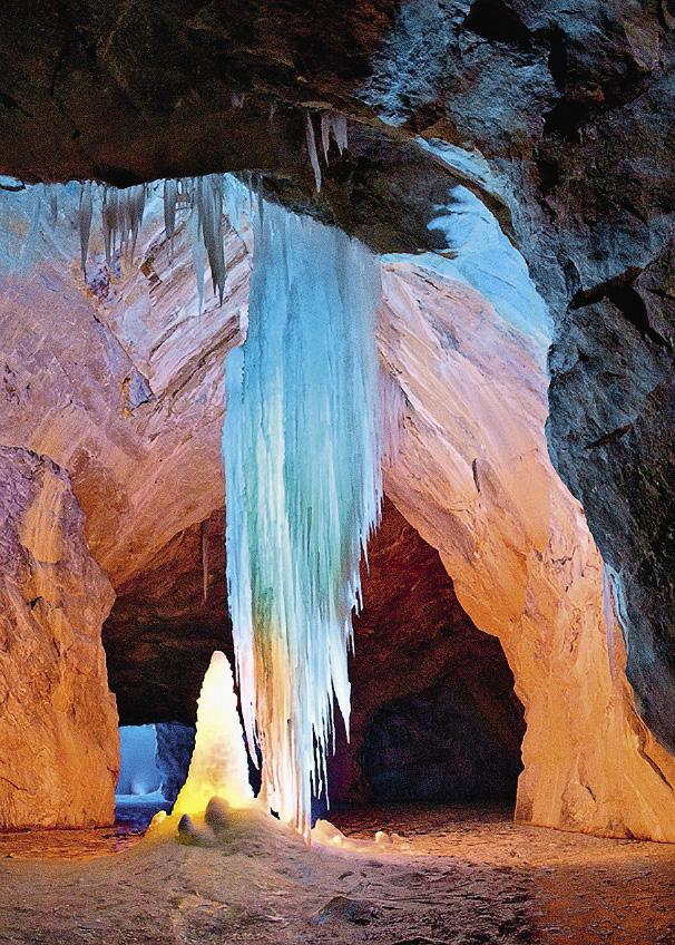 Зимой в подземных залах намерзают сталактиты и сталагмиты.