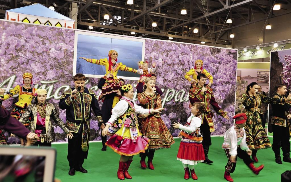 На выставке постоянно выступают лучшие фольклорные коллективы страны.