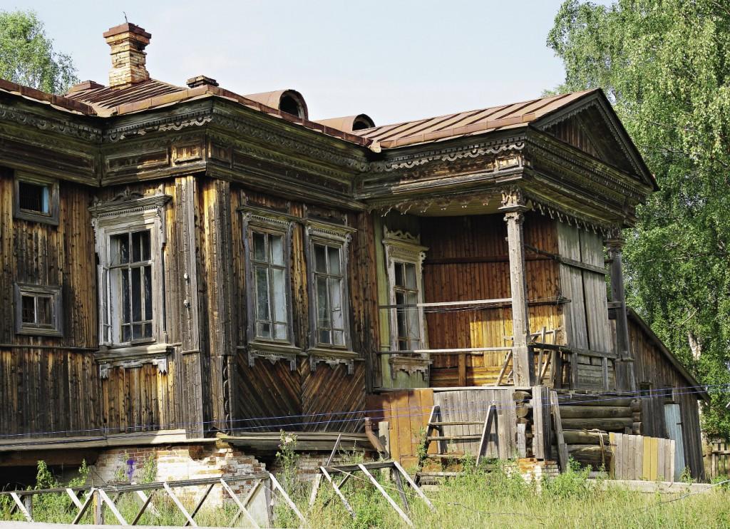 Деревянный дом управляющего заводом выдержал испытание временем...