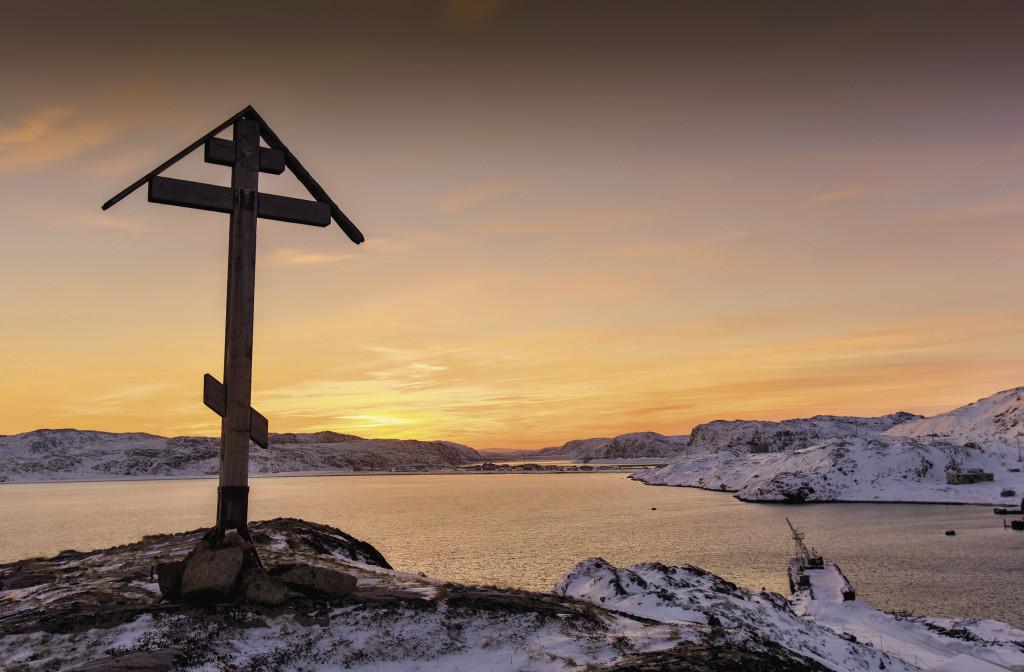 Половину сопок в поселке венчают деревянные кресты. Раньше они служили поморам маяками.