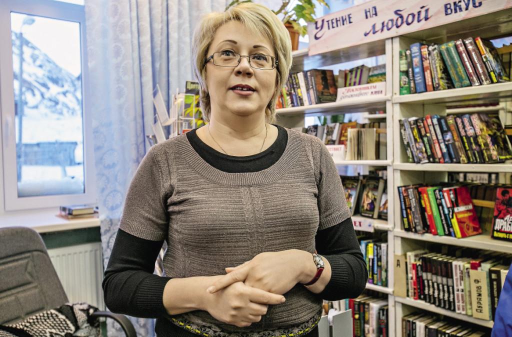 Самый обаятельный в поселке директор центральной библиотеки Татьяна Нестерова вербует в ряды читателей не только местных жителей, но также туристов и журналистов.