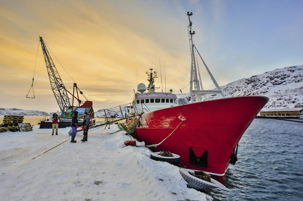 Рыбацкий траулер «Нева» вернулся после недельного рейда по Баренцеву морю к причалу Териберки.