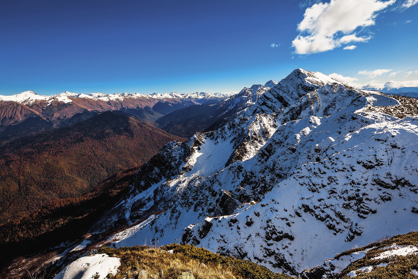 Поселок Красная Поляна недалеко от Сочи стал излюбленным местом для катания горнолыжников.
