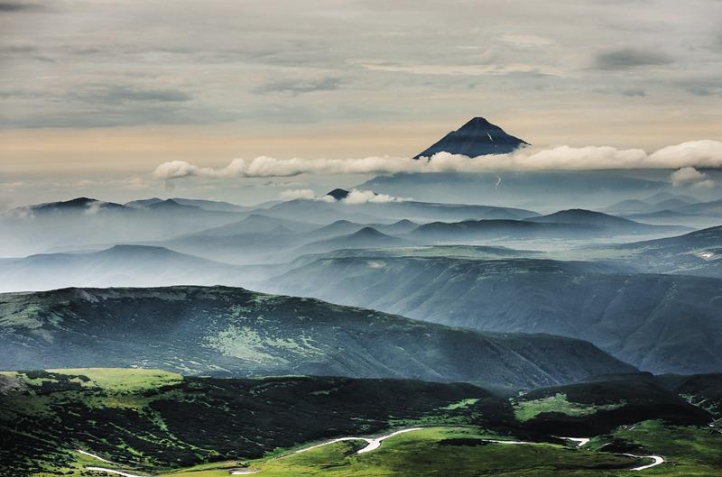 На Камчатке насчитывается более 300 вулканов, около тридцати из них – действующие.