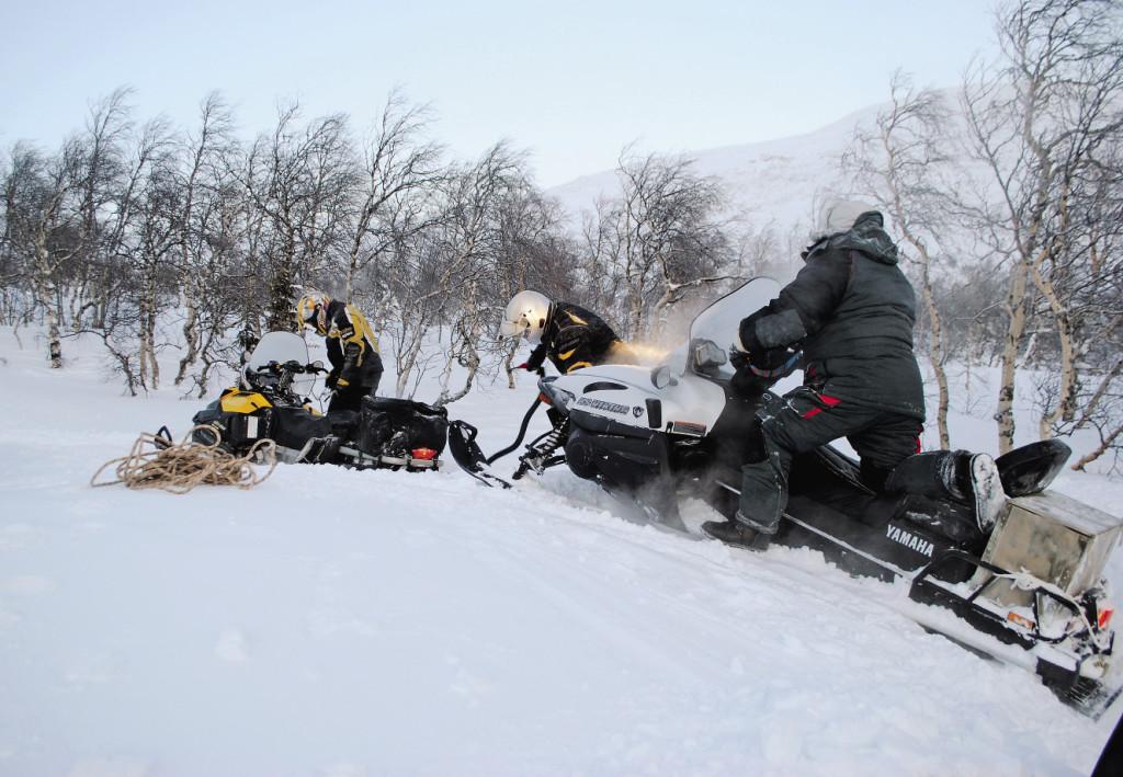 По обледеневшей поверхности снегоход не ехал, а летел со скоростью больше 100 километров в час.
