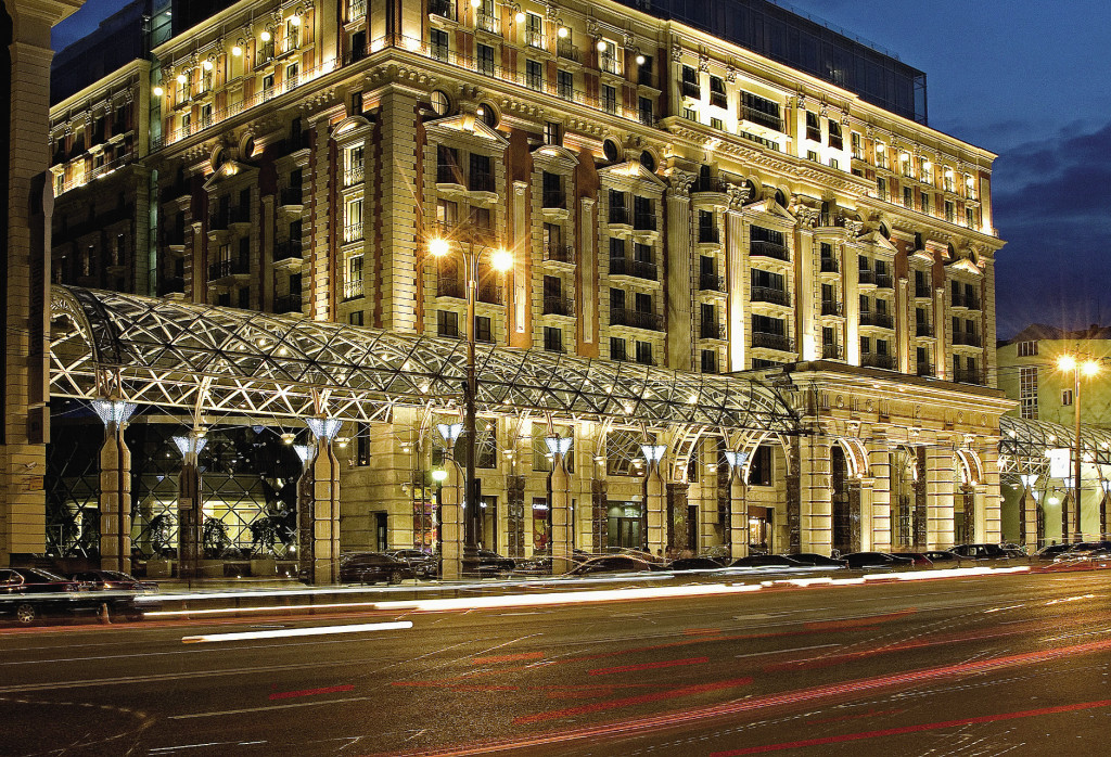 Фасад гостиницы «Ритц-Карлтон Москва» выполнен в стиле русского классицизма.