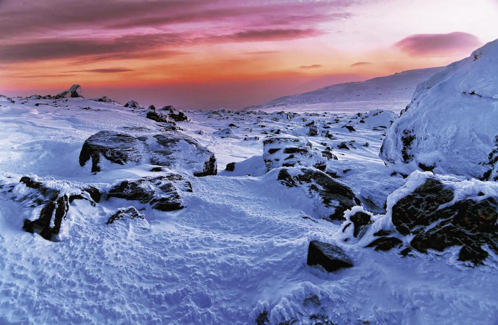 Трасса гонки – это 3200 километров борьбы за выживание. Опасные ледяные ущелья, снежные бури, крутые горные хребты. Именно в этом заполярном крае проводятся самые опасные в мире соревнования на снегоходах. Но Уральский хребет – не менее экстремальное место.