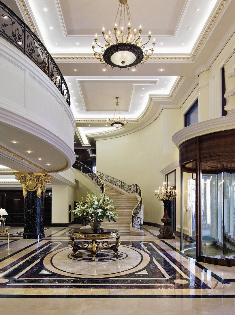 Лобби отеля впечатляет роскошным оформлением.
