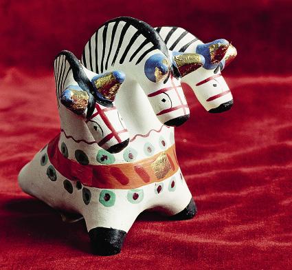 Дымковская игрушка «Тройка» работы художницы Косс-Деньшиной.