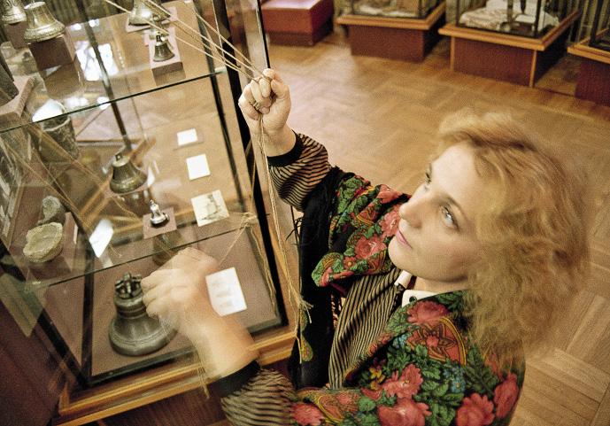 Старший научный сотрудник музея «Валдайские колокола и колокольчики» Надежда Яковлева проводит экскурсию.