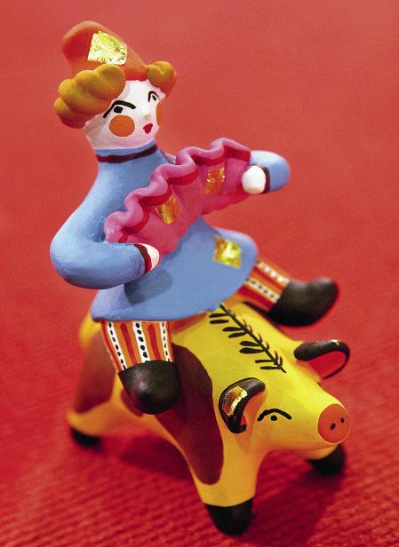 Дымковская игрушка «Скоморох на свинье», изготовленная центром народных промыслов и ремесел «Вятка».