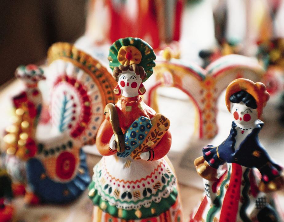 Дымковские мастерицы с удовольствием создают как доярок, так и барынь.
