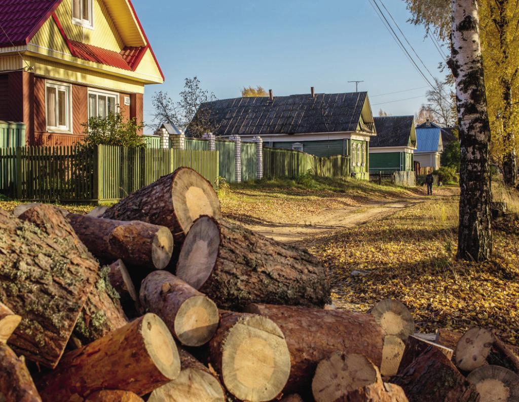 Деревянные дома придают центральной улице особый колорит.