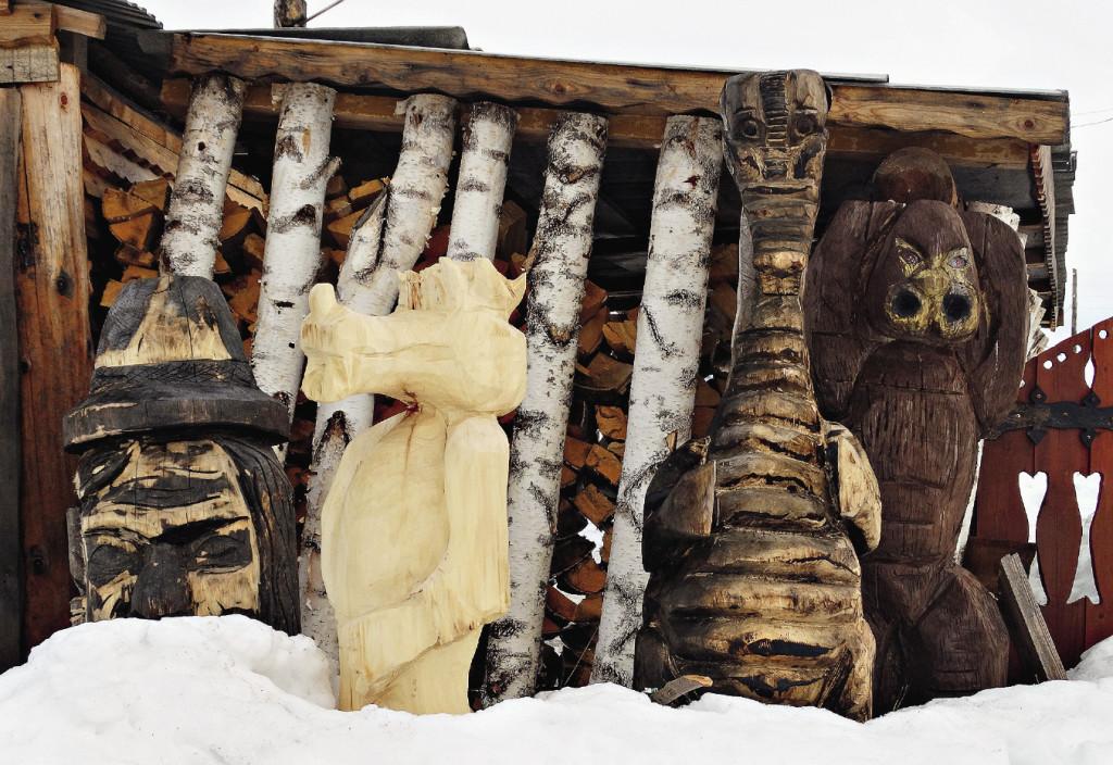 Резными деревянными фигурами украшен здесь едва ли не каждый двор.