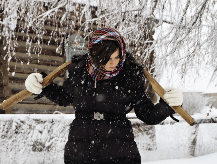 Красавица-итальянка научилась носить ведра на коромысле.